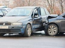 Sammanstötning för bilkrasch i stads- gata Royaltyfria Bilder