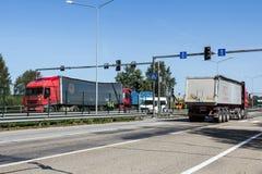 Sammanstötningen av två lastbilar i Lettland, på vägen A8, uppstod royaltyfri fotografi