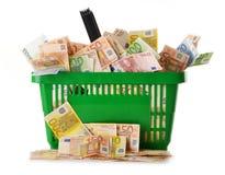 Sammansättning med Eurosedlar i shoppingkorg Arkivbild