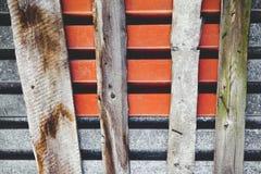 Sammansättningen som göras från gamla ark för en metall av taket och det buktade brädet Arkivfoto