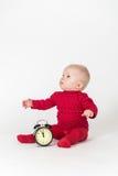 Sammanträde behandla som ett barn med tar tid på i rött följe Royaltyfria Bilder