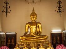 Sammanträde buddha i den kungliga slotten i Bangkok, Thailand Arkivfoton