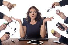 Sammanträde för affärskvinna på skrivbordet på kontoret Royaltyfri Foto