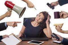 Sammanträde för affärskvinna på skrivbordet på kontoret Arkivbild