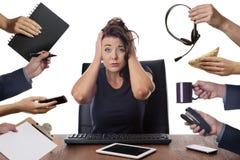 Sammanträde för affärskvinna på skrivbordet på kontoret Royaltyfri Bild