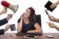 Sammanträde för affärskvinna på skrivbordet på kontoret Arkivfoto