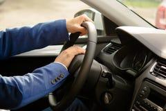 Sammanträde för bilchaufför bak hjulet, signalerande Fotografering för Bildbyråer