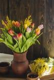 Sammanträde för blommavas inom av fönster Royaltyfria Bilder