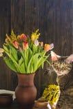 Sammanträde för blommavas inom av fönster och den gulliga katten royaltyfri fotografi