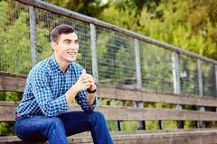 Sammanträde för den unga mannen på stadion jublar för ditt favorit- lag Emotionell framsida kopiera avstånd royaltyfri foto