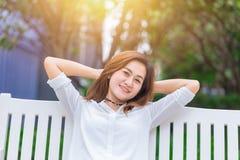 Sammanträde för flicka för frihetsfritid asiatiskt med fritt uttryck royaltyfri foto