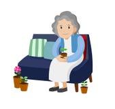Sammanträde för gammal kvinna på en soffa Royaltyfria Bilder