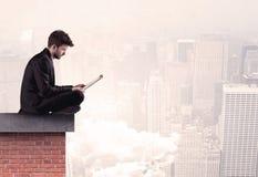 Sammanträde för kontorsarbetare på tak i stad Arkivbild