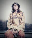 Sammanträde för kvinna för barnmodehipster på den utomhus- ledstången Royaltyfri Fotografi