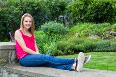 Sammanträde för tonårs- flicka på väggen Arkivfoton