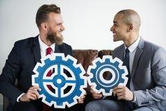 Sammanträde för två affärsman på en soffa royaltyfri fotografi