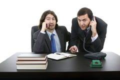 Sammanträde för två affärsman på skrivbordet Royaltyfri Bild