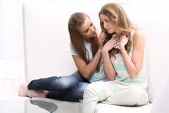 Sammanträde för två flickor på Arkivbild