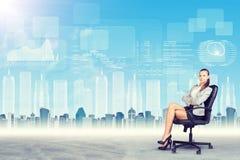Sammanträde för ung dam i stol med korsade armar Arkivfoton