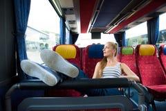 Sammanträde för ung kvinna på bussen royaltyfria foton