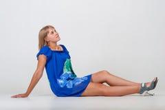 Sammanträde för ung kvinna på golvet Arkivbild