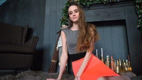 Sammanträde för ung kvinna på golvet i den mysiga inre lager videofilmer