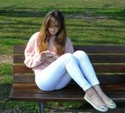 Sammanträde för ung kvinna på parkera Arkivbilder