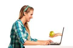 Sammanträde för ung kvinna på skrivbordet som direktanslutet shoppar Royaltyfria Foton