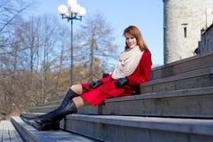 Sammanträde för ung kvinna på trappa Fotografering för Bildbyråer
