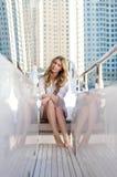 Sammanträde för ung kvinna på trappan på en yacht royaltyfri fotografi