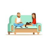 Sammanträde för ung man och kvinnapå ett ljus - blå soffa och vila royaltyfri illustrationer