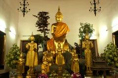 SammanträdeBuddha i thailändsk kyrka. Arkivbild