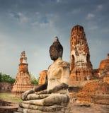 SammanträdeBuddha på Wat Mahathat, Thailand Royaltyfri Fotografi