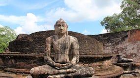 Sammanträdebuddha staty på forntida historisk plats royaltyfri bild