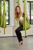 Sammanträdekvinna i anti--gravitation flyg- yogastående royaltyfri bild
