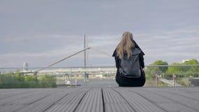 Sammantr?de f?r ung kvinna i gatan lager videofilmer