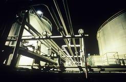 Sammelbehälter- und Rohrerdölchemikalienerdölraffinerie stockbild