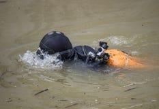Sammeln des Abfalls von der Unterseite des Flusses Lizenzfreie Stockfotos