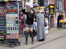 Sammelnandenkenmagneten des jungen Mädchens in Amsterdam Lizenzfreie Stockfotografie