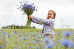 Sammelnblumen des kleinen Mädchens lizenzfreie stockfotografie