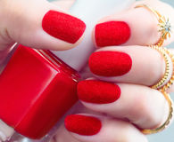 Sammet spikar Moderiktig röd fluffig nailartdesign för mode arkivfoton