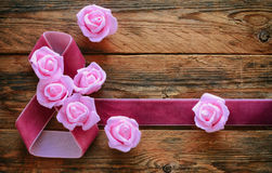 Sammetband, rosa rosor på gamla träbräden, 8 composit för mars Royaltyfri Bild