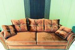 Sammetkuddar på den bruna soffan Royaltyfri Foto