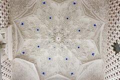 关闭在Sammezzano城堡里面绝尘室的白色天花板  免版税库存图片