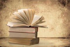 Sammlung alte Bücher auf Hintergrund Lizenzfreie Stockbilder