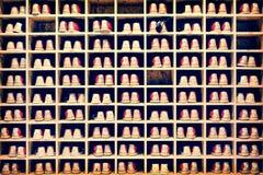 Sammlung Bowlingspielschuhe in ihrem Gestellhintergrund Stockbild
