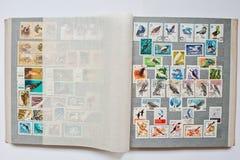 Sammlung Briefmarken im Album druckte von UDSSR Lizenzfreie Stockfotos