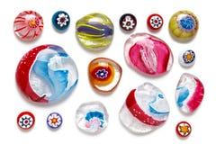 Sammlung bunte Glasperlen von verschiedenen Größen und von Formen Venetianisch gefärbt, Murano-Glas, millefiori Flache Lage, Drau stockfoto