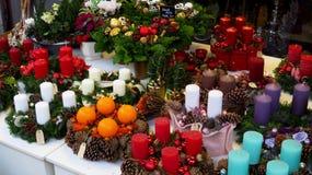 Sammlung bunte Weihnachtskränze mit Advent Candles Lizenzfreies Stockfoto