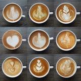 Sammlung der Draufsicht der Lattekunst-Kaffeetassen Lizenzfreies Stockbild